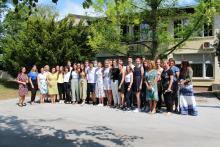Skupinska fotografija maturantov z ravnateljico in učitelji